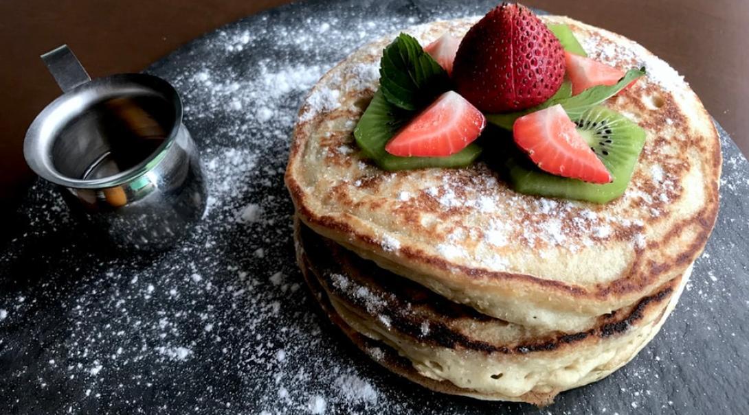 Pancakes végans avec un peu de kiwi et de fraises pour un dessert végan parfait